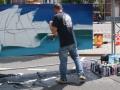 Hipy colorie son décors autour de son graffiti.