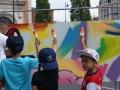 Les jeunes admirent les graffiti