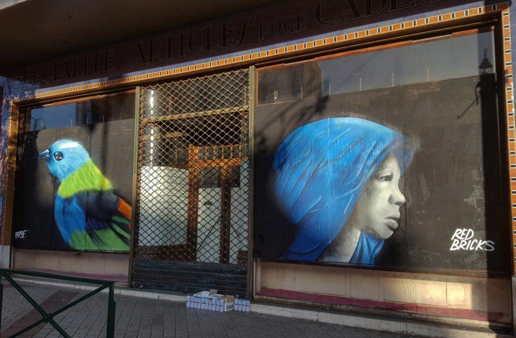 Portrait d'oiseau et de fille dans le centre ville de Lens