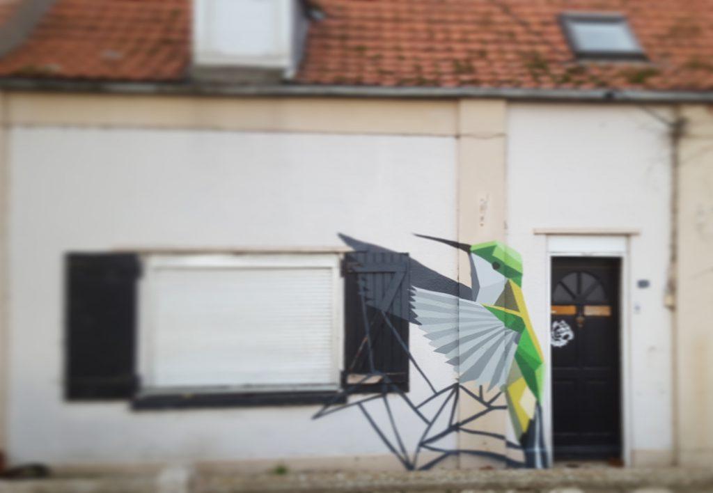 Décoration street-art d'oiseau sur une maison