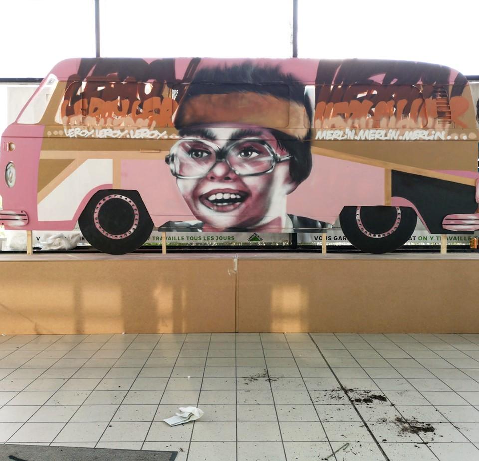 Faire un graffiti dans un centre commercial