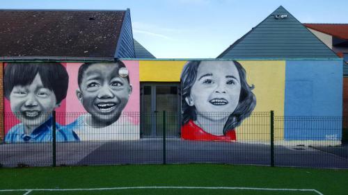 Fresque murale portraits d'enfants street-art sur école