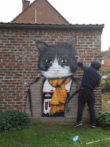 Graffiti de chat humain dans un jardin