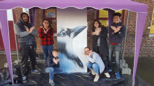 Graffiti portrait d'oiseau avec des jeunes