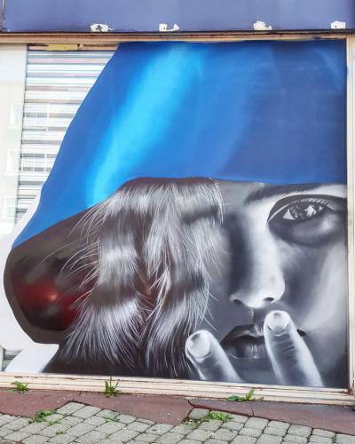 Portrait de fille de face à la bombe de peinture à Maubeuge