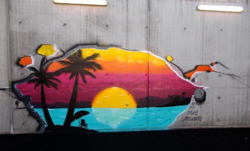 Fresque murale prison dans une cour de promenade