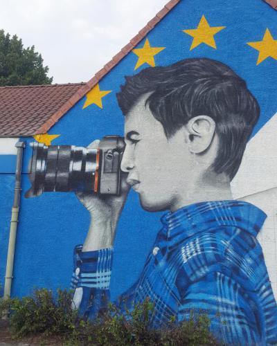 Portrait peinture enfant tenant un appareil photo à Sains en Gohelle.