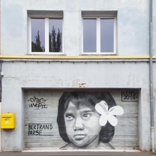 Street-art fille vahiné devant le Louvre Lens.
